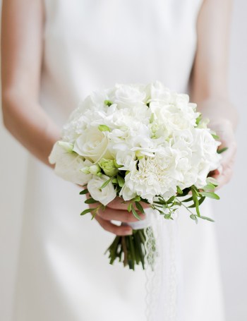Белый букет невесты из роз, фрезий и эустомы WHITE