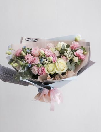 Букет из роз и эустомы BLUE&PINK