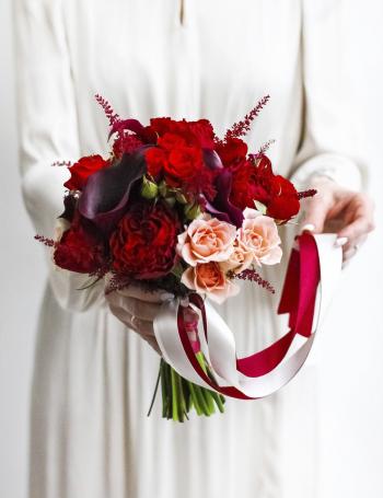 Свадебный букетиз пионовидных роз MARSALA