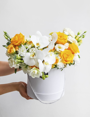 Композиция в коробке с орхидеей LEMON&WHITE