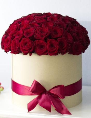 Букет из бордовых роз в коробке RED