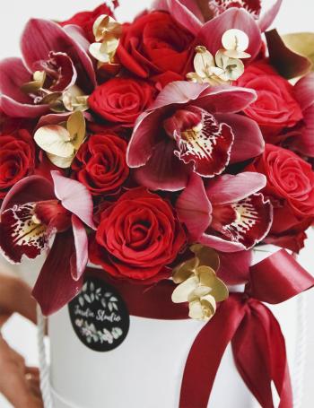 Композиция из роз и орхидеи RED&GOLD