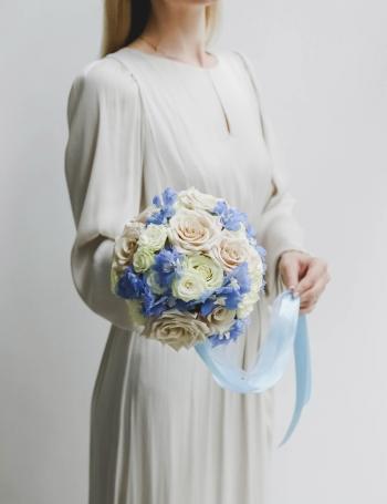 Букет невесты из роз и дельфиниума BLUE LAGOON
