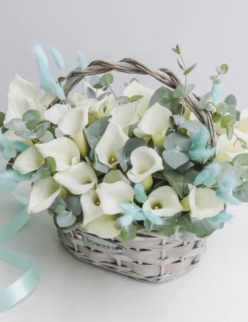 Корзина из белых калл WHITE&BLUE
