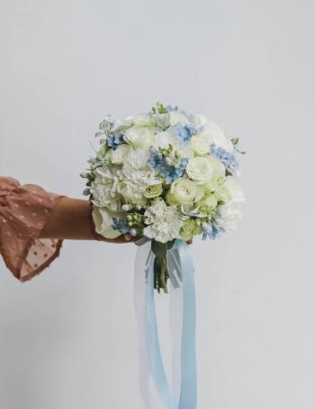 Букет невесты из роз и оксипеталума SEA BLUE