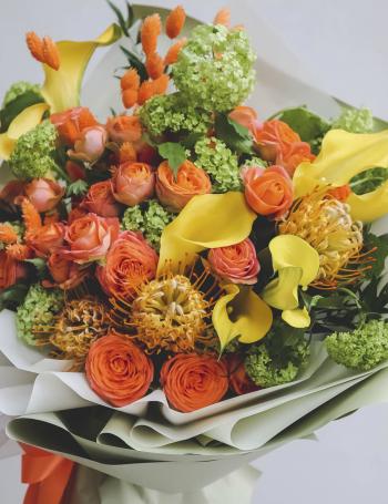 Букет из кустовых роз и калл JAMAICA