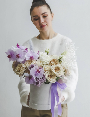 Композиция из роз и орхидеи WHITE&LILAC
