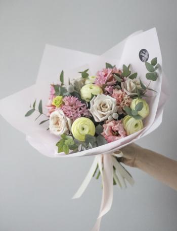 Букет из пудровых роз, ранункулюсов PINK&COCOA
