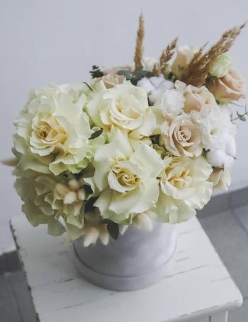 Композиция из роз в коробке WHITE&COCOA