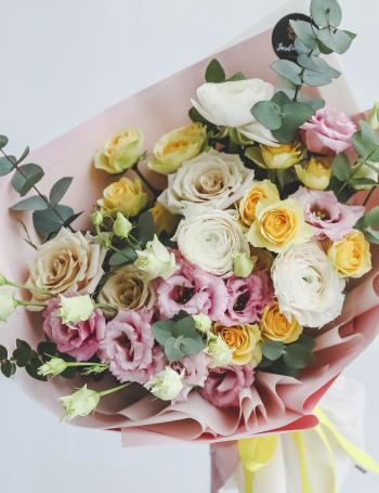 Букет из ранункулюсов и роз LEMON JUICE
