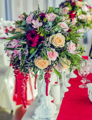 Высокая цветочная композиция на подсвечнике RED&LILAC