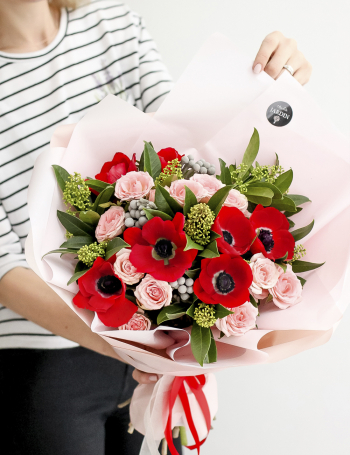 Букет из кустовых роз и анемон RED&PINK