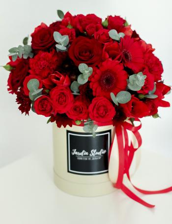 Композиция из красных цветов в коробке RED