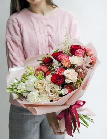 Яркий букет из роз и диантуса CORAL