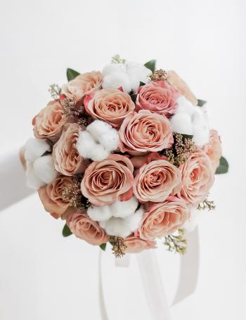 Букет невесты из роз и хлопка CAPPUCCINO&MILK