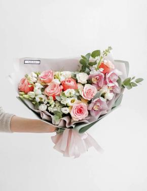 Букет из пионовидных роз и орхидеи PEACH JUICE