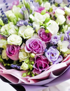 Букет из роз, фрезий и лаванды LILAC