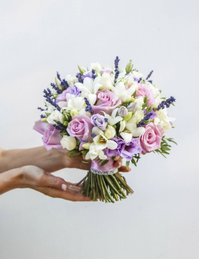 Свадебный букет из фрезий и лаванды LILAC
