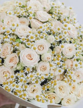 Букет из ромашек и кустовых роз SPRING