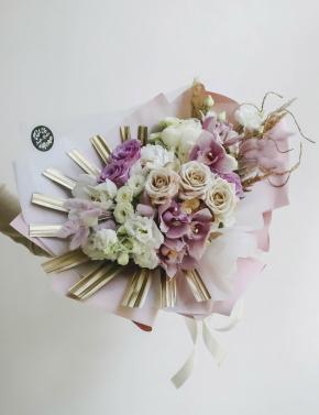 Букет из пудровых роз и орхидеи PURPLE GOLD