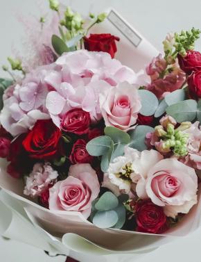 Букет из роз и гортензии PINK&RED