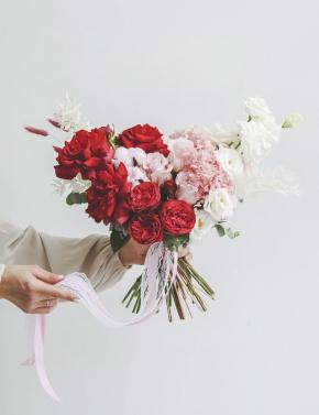 Свадебный букет из роз и эустомы RED&PINK