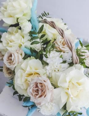 Корзина из кружевных роз WHITE&BLUE