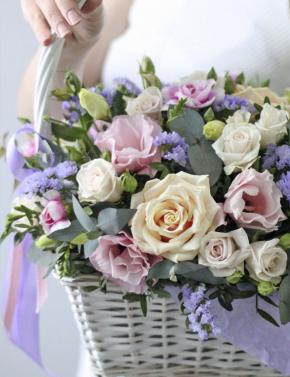 Корзина из кустовых роз и эустомы LILAC