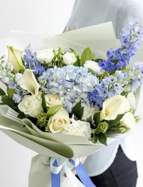 Букет из роз и дельфиниума SEA BLUE