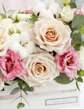 Композиция из роз и эустомы в боксе PINK&COCOA
