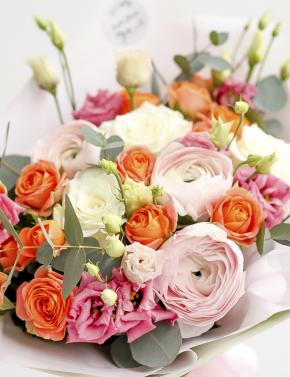 Букет из ранункулюсов и роз ORANGE JUICE