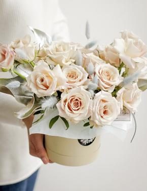 Пудровые розы в коробке MENTA