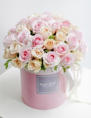 Композиция в коробке из роз PINK&COCOA
